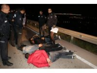 Kaza yaptılar, otomobili kilitleyip kaçtıkları sırada polise yakalandılar