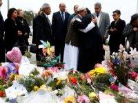 Yeni Zeland'lı kadınlar başörtüsü takıp cenaze törenine gitti