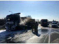 O-3 bağlantı yolunda yanan hafriyat kamyonu küle döndü