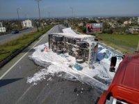 Tüp taşıyan kamyonet devrildi