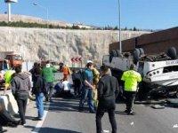 İzmir'in Çiğli ilçesinde down sendromlu çocuklar ve ailelerini taşıdığı belirtilen midibüs, iddialara göre virajı alamayarak devrildi. 4'ü ağır 28 yaralının bulunduğu kaza sonrası bölgeye ambulanslar sevk edildi.