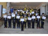 GKV'nin Minik Kulaçları Kupaları okullarına taşıdı