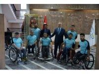 Vali Köşger'den 2 engelli sporcuya tekerlekli sandalye
