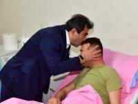 Vali Güzeloğlu, yaralanan uzman çavuşu ziyaret etti