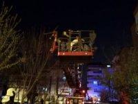 Apartmanın giriş katında yangın çıktı üst katta kalan 5 kişi mahsur kaldı