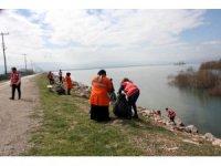 Genç Kızılaycılar kuş cenneti kıyısında temizlik yaptı