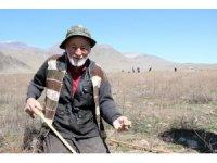 Dolaman mantarı için genci yaşlısı bastonunu alan araziye koşuyor