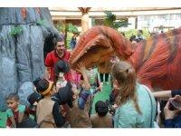 Dinozorlara hem miniklerden hem büyüklerden yoğun ilgi