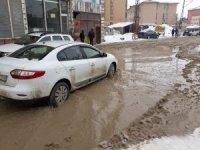 Yüksekova'da yollar gölete döndü