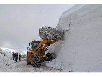 Gümüşhane'de seçim için 6 metrelik kar kütleleri aşılıyor