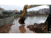 Midyat'ta yağmur nedeni ile ev ve iş yerlerini basan sular tahliye edildi