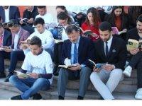 Rektör, öğrencilerle birlikte kitap okudu