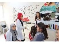 Uşak Üniversitesi öğrencileri miniklere gönüllü kuaförlük yaptı