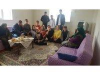 Liseli öğrenciler dar gelirli ve yaşla ailelerin evlerini temizledi, yiyecek ikram etti