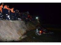 Uşak'ta 5 genç otomobille gölete uçtu