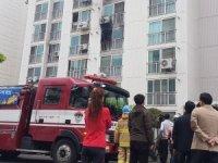 Apartmanda yangın çıkardı, kaçanları bıçakladı