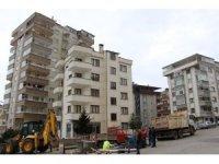 Trabzon'da iki bina zeminde oluşan kayma, istinat duvarında meydana gelen çatlaklar ve çökme tehlikesi nedeniyle boşaltılıyor