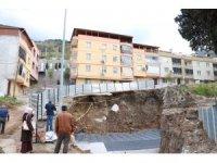 Cami inşaatındaki toprak kayması apartman sakinlerini tedirgin etti
