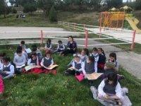 Çocuklar parkta kitap okudu