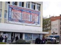 Yeni başkan belediyenin borçlarını binaya astırdı