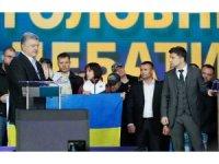 Poroşenko ve Zelenskiy stadyumda son kozlarını paylaştı
