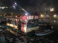 Haliç'te kafe olarak kullanılan 2 teknede yangın