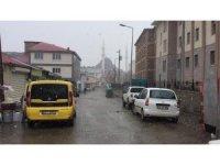 Kışın çetin geçtiği Karlıova'da kar yağışı