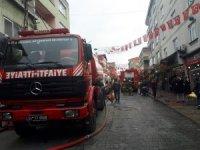 Beyoğlu'nda 4 katlı binanın çatısında korkutan yangın