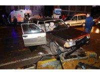 Hızını alamayan otomobil, kırmızı ışıkta bekleyen araca çarptı: 5 Yaralı