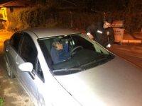 Direksiyon başında sızan sürücüyü bekçiler güçlükle uyandırdı