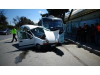 Kartal'da minibüs ile otomobil çarpıştı: 1 yaralı
