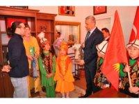Başkan Biçer'e Kırgız öğrencilerden Manas hediyesi