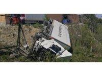 Freni boşalan 11 tonluk kamyon 200 metre sürüklenip boşluğa uçtu
