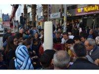 120 kilogramlık dondurmayı vince asıp kent meydanında dağıttı