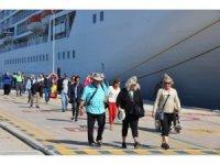 Amerikalı milyonerleri taşıyan gemi Kuşadası'na demirledi