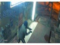 Cam kapıyı tuzla buz edip bir dakikada dükkanı boşaltan hırsızlar kamerada