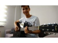 Hiç kursa gitmeden usta müzisyenler gibi gitar çalıyor