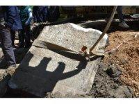 Susurluk'ta bulunan lahit taşı inceleniyor
