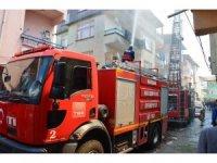 Dört katlı binanın çatı katında yıkan yangın korkuttu