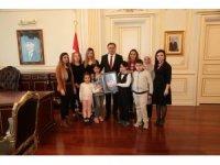 Diyabetli çocuklar Vali Çakır'a Atatürk portresi hediye etti