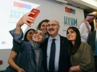 Yabancı uyruklu çocuklar ve gençler Aydın Valisi ile selfie yarışına girdi