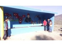 Köylerinin girişine Türk bayrağı diktiler