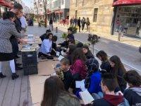 Üniversiteliler caddede kitap okudu