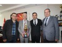 Saruhanlı Belediyespor'dan Başkan Bilgin'e Şampiyonluk Kupası