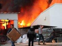 Dev fabrika saatlerdir alev alev yanıyor