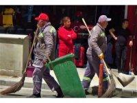 İş başındaki belediye temizlik işçileri kutlamaları uzaktan seyretti