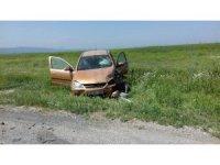İki otomobil çarpıştı : 3 yaralı
