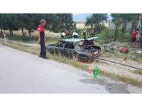 Otomobilin tavanını kesen itfaiye 6 kişiyi kurtardı
