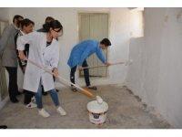 Vali Şimşek'in eşi ihtiyaç sahibi vatandaşın evini boyadı