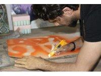 Atık malzemelerden sanat üretiyor